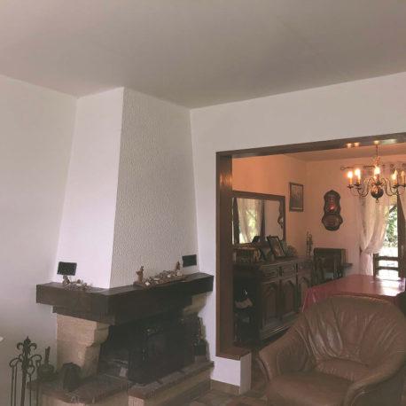 Salle de séjour salon avec cheminée – maison F5 – St Pierre des Fleurs – ST Immobilier Elbeuf